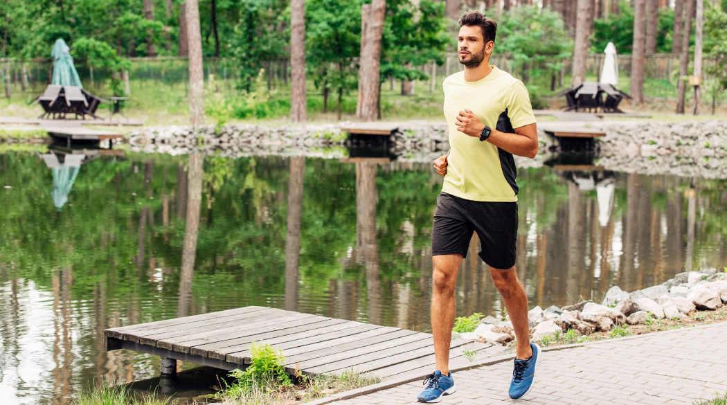 bere acqua è essenziale per correre con il caldo